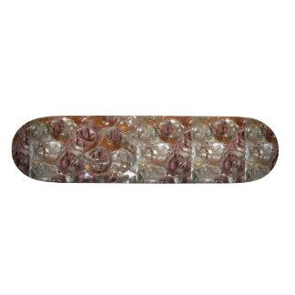 Las burbujas, gotas del agua se cierran encima de  tablas de skate
