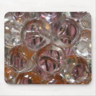 Las burbujas, gotas del agua se cierran encima de  tapete de ratón