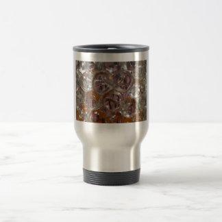 Las burbujas, gotas del agua se cierran encima de  tazas de café