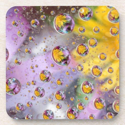 Las burbujas resumen con las flores. Crédito como: Posavasos