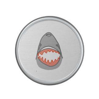 Las cabezas y las aletas del tiburón en gris en altavoz con bluetooth