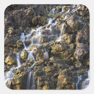 Las caídas de Brine de la roca volcánica caen apag Colcomanias Cuadradass