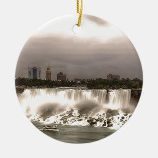 Las caídas del americano y del velo adorno navideño redondo de cerámica