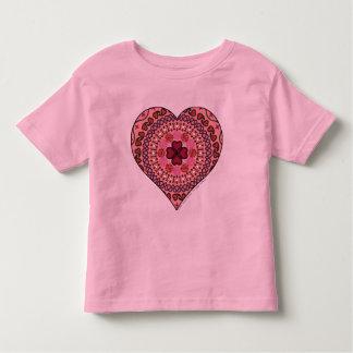 Las capas del niño del corazón y de la camisa
