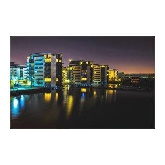 Las casas acercan al río en la noche impresión en tela