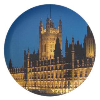 Las casas del parlamento en la noche en la ciudad  platos de comidas