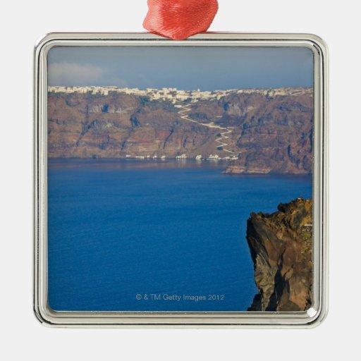 Las casas se encaramaron en el acantilado del Mar  Ornamentos De Navidad