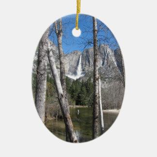 Las cataratas de Yosemite superiores Adorno Navideño Ovalado De Cerámica