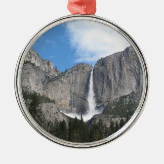 Las cataratas de Yosemite superiores Adorno Navideño Redondo De Metal