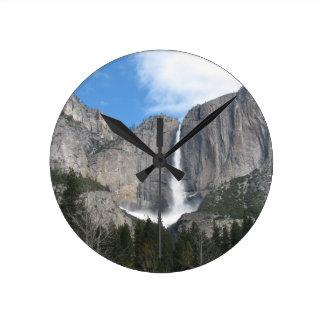 Las cataratas de Yosemite superiores Reloj Redondo Mediano