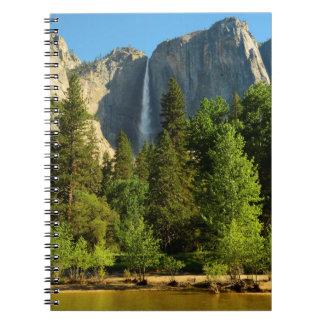 Las cataratas de Yosemite superiores, río de Cuaderno
