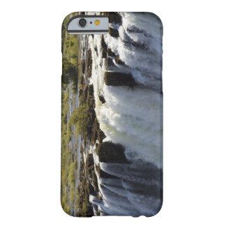 Las cataratas Victoria, río de Zambesi, Zambia. 2 Funda De iPhone 6 Barely There