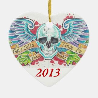 Las células manchadas de tinta se fueron volando adorno navideño de cerámica en forma de corazón