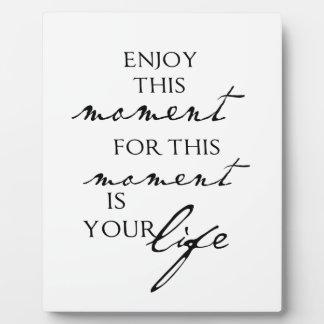 Las citas inspiradas disfrutan de este momento - v placas con fotos