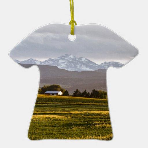 Las colinas están vivas adorno de cerámica en forma de camiseta