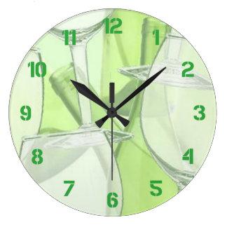 Las copas de vino verdes numeraron el reloj de par
