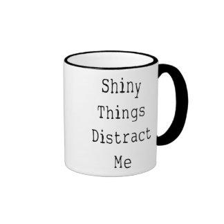 Las cosas brillantes me distraen taza de café