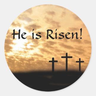 Las cruces y puesta del sol hermosas él es pegatinas redondas