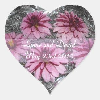 Las dalias rosadas ahorran la fecha pegatina en forma de corazón