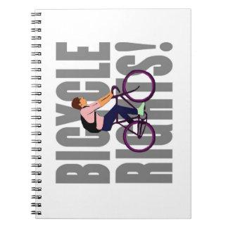 Las derechas de la bicicleta en gris libretas espirales