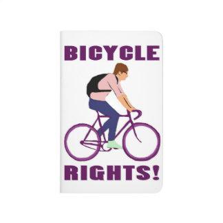 Las derechas de la bicicleta en púrpura cuaderno