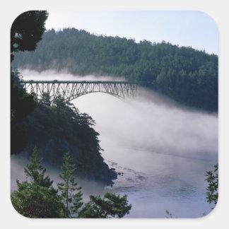 Las derivas de la niebla bajo engaño pasan el pegatina cuadrada