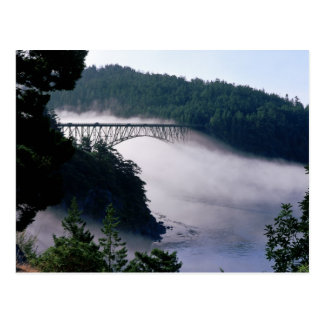 Las derivas de la niebla bajo engaño pasan el tarjeta postal