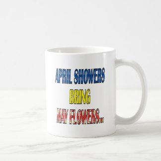 Las duchas Bring de abril pueden las flores Taza Clásica