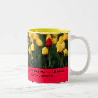 Las duchas de abril traen las flores de mayo taza de dos tonos