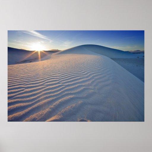 Las dunas de arena en el blanco enarenan el monume poster