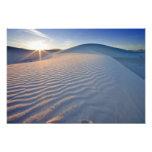 Las dunas de arena en el blanco enarenan el monume fotografia