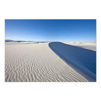 Las dunas de arena en el blanco enarenan el monume impresión fotográfica