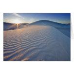 Las dunas de arena en el blanco enarenan el monume felicitaciones