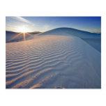 Las dunas de arena en el blanco enarenan el monume postales