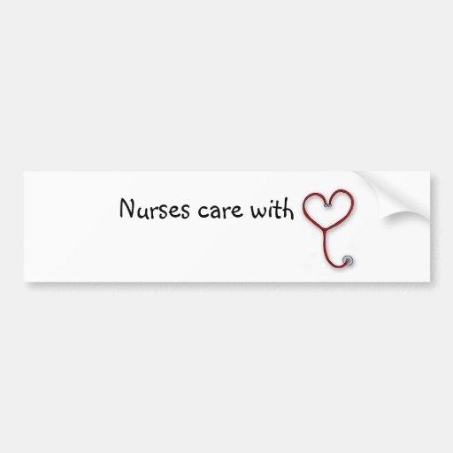 Las enfermeras cuidan con el corazón - regalo de l etiqueta de parachoque
