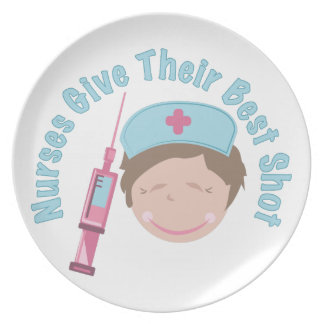 Las enfermeras dan tiros platos de comidas