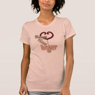 Las enfermeras del estetoscopio tienen camisetas y
