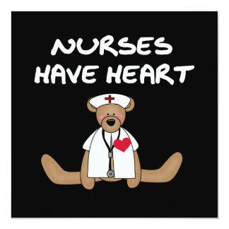 """Las enfermeras del oso tienen camisetas y regalos invitación 5.25"""" x 5.25"""""""
