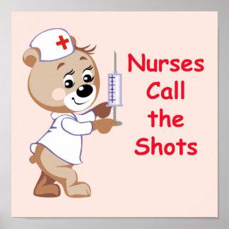 Las enfermeras llaman los tiros - oso de la enferm póster