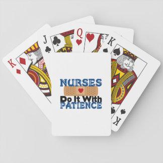 Las enfermeras lo hacen con paciencia barajas de cartas