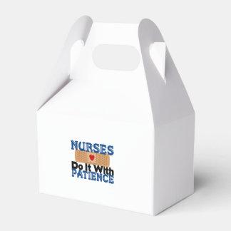 Las enfermeras lo hacen con paciencia cajas para regalos de boda