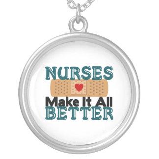 Las enfermeras lo hacen todo mejor colgante redondo