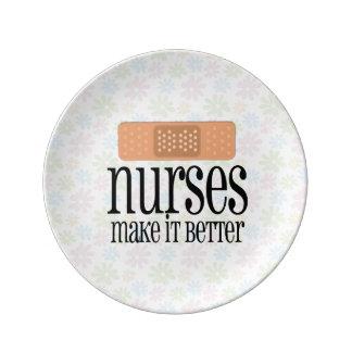 Las enfermeras lo hacen un vendaje mejor, lindo de plato de cerámica