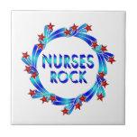 Las enfermeras oscilan las estrellas rojas tejas