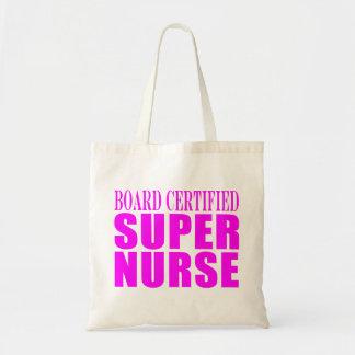 Las enfermeras refrescan los regalos rosados que e bolsas