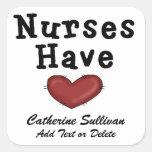 Las enfermeras tienen corazón calcomanía cuadrada personalizada