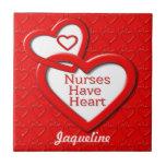 Las enfermeras tienen corazones del rojo del coraz azulejos cerámicos