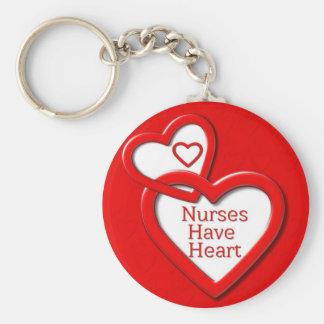 Las enfermeras tienen corazones del rojo del coraz llavero redondo tipo pin