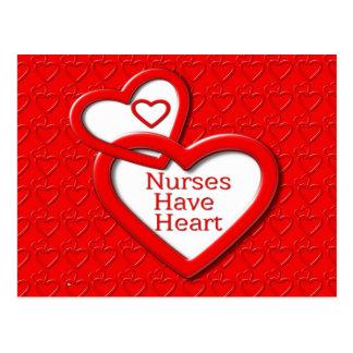 Las enfermeras tienen corazones del rojo del postal