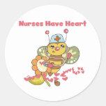 Las enfermeras tienen pegatinas del corazón etiquetas redondas